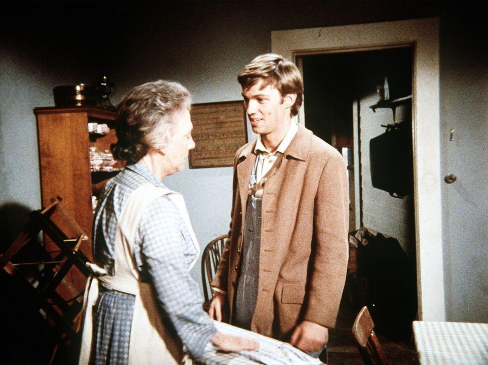 John-Boy (Richard Thomas, r.) ist aufgeregt, weil seine alte Liebe ihren Besuch angekündigt hat. Er bittet seine Großmutter (Ellen Corby, l.) um Rat... - Bildquelle: WARNER BROS. INTERNATIONAL TELEVISION