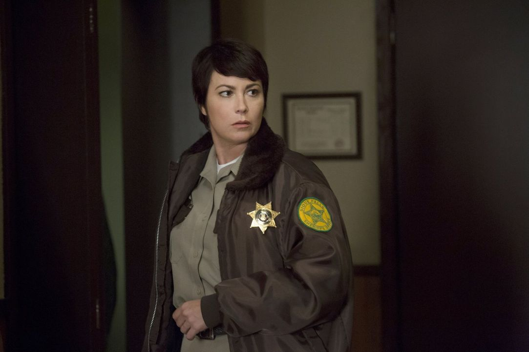 Jody (Kim Rhodes) geht voller Unmut und wenig Motivation zu einer Sheriff-Veranstaltung ohne zu ahnen, dass sie dort möglichweise eine neue Verbünde... - Bildquelle: 2016 Warner Brothers