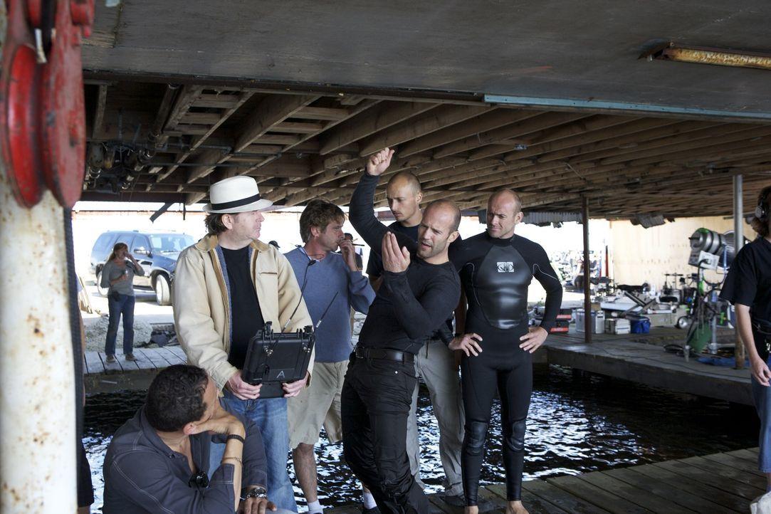 Während des Drehs: Regisseur Simon West, l. und Hauptdarsteller Jason Statham, 2.v.r. - Bildquelle: 2010 SCARED PRODUCTIONS, INC.