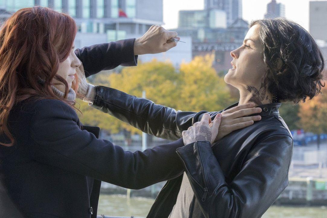 Endlich gelingt es Jane (Jaimie Alexander, r.), Kate Williams (Heidi Germaine Schnappauf, l.) zu stellen. Doch die junge Spionin weiß sich durchaus... - Bildquelle: Warner Brothers