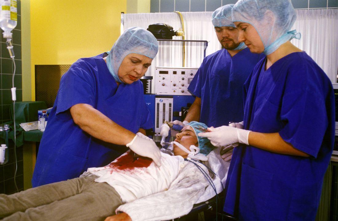 Die kleine Nadina (Sabrina Hodzic, liegend) wird von Schwester Klara (Walfriede Schmitt, l.) für die Operation vorbereitet. Im Nachbarzimmer liegt... - Bildquelle: Noreen Flynn Sat.1
