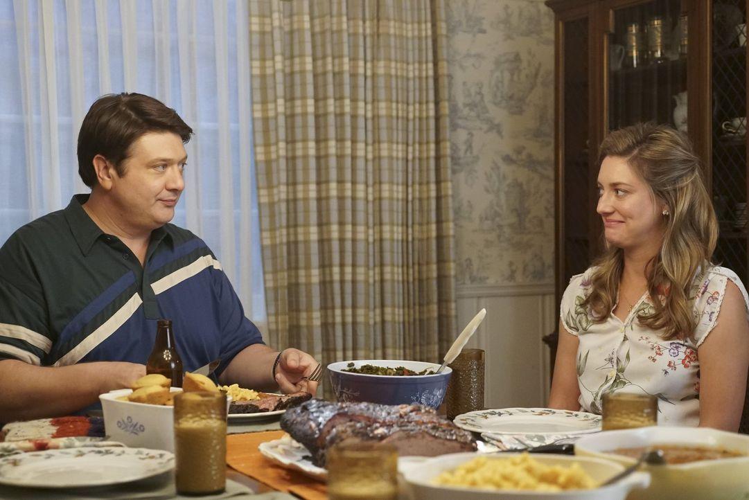 Die Ehe von George (Lance Barber, l.) und Mary (Zoe Perry, r.) wird durch einen Streit zwischen George und Meemaw auf eine harte Probe gestellt ... - Bildquelle: Warner Bros.