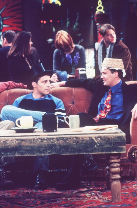 Gemeinsam übt Joey (Matt LeBlanc, l.) mit Chandler (Matthew Perry, r.) für seine neue Rolle. - Bildquelle: TM+  2000 WARNER BROS.