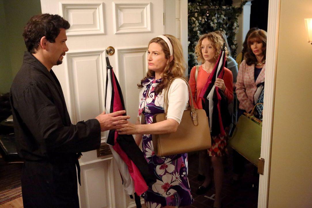 George (Jeremy Sisto, l.) wird von Sheila (Ana Gasteyer, 2.v.l.) und anderen Nachbarinnen zurechtgewiesen. Als bester Freund von Noah ist er verpfli... - Bildquelle: Warner Brothers