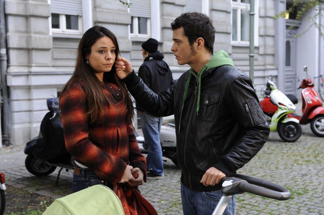 Paloma (Maja Maneiro, l.) erhält eine schockierende Nachricht. Maik (Sebastian König, r.) gibt sich größte Mühe, um sie zu trösten ... - Bildquelle: SAT.1