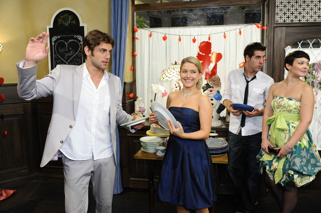 Während Anna (Jeanette Biedermann, 2.v.l.) und Jonas (Roy Peter Link, l.) letzte Vorbereitungen für ihre Hochzeit treffen, macht Katja auf gute La... - Bildquelle: Sat.1