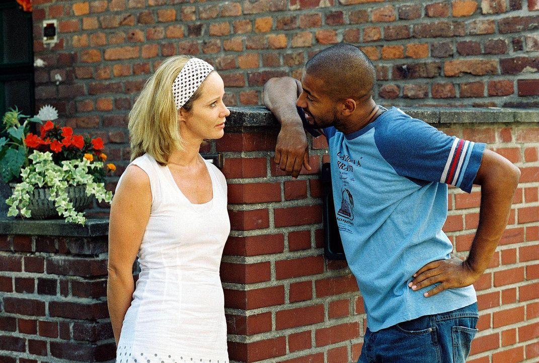 Maria (Ann-Kathrin Kramer, l.) findet Leon (Tyron Ricketts, r.), den Lehrer von Katharinas Kindern, recht anziehend ... - Bildquelle: Sat.1