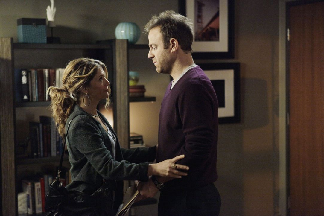 Cooper (Paul Adelstein, r.) steht Erica (A.J. Langer, l.) bei, die die schwerste Entscheidung ihres Lebens treffen muss. Währenddessen treffen sich... - Bildquelle: ABC Studios