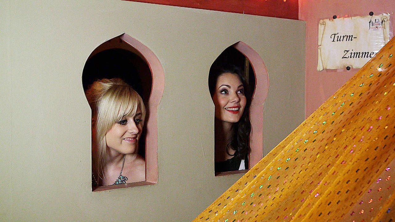 Paula Lambert (r.) trifft die 26-jährige Chrissi (l.) aus München in einem Swinger Club. Thema des Abends ist der weibliche Orgasmus. - Bildquelle: sixx