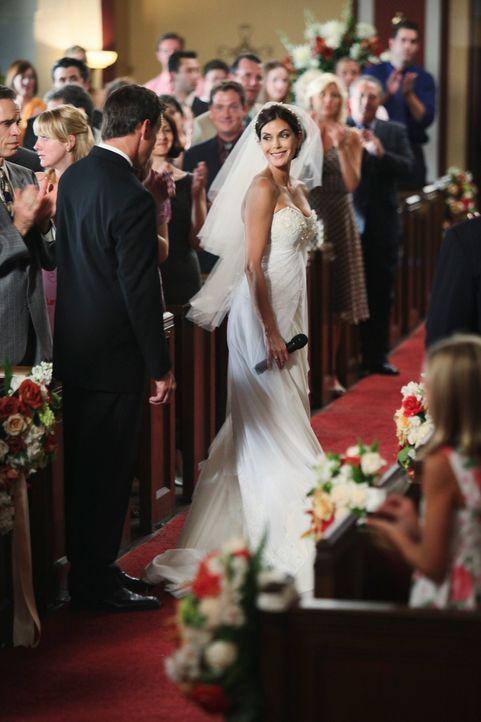 Nach alldem, was geschehen ist, entschuldigt sich Susan (Teri Hatcher, r.) während ihrer Hochzeit mit Mike (James Denton, l.) bei Katherine, die sic... - Bildquelle: ABC Studios