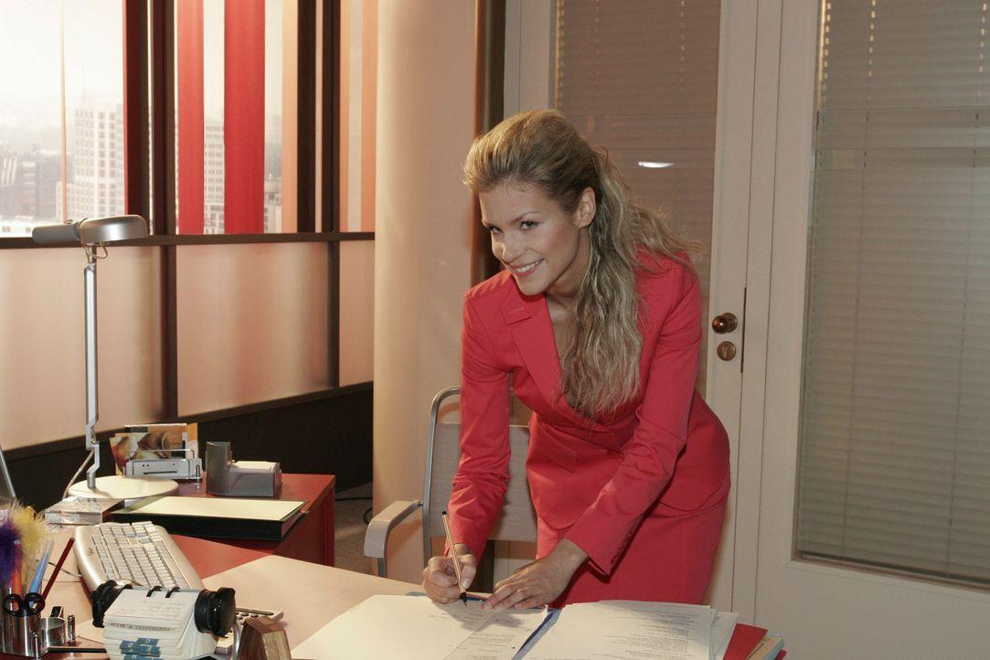 Das verheißt nichts Gutes: Sabrina (Nina-Friederike Gnädig) macht sich an Lisas Arbeitsplatz zu schaffen - und versucht schließlich, deren Handsc... - Bildquelle: Sat.1