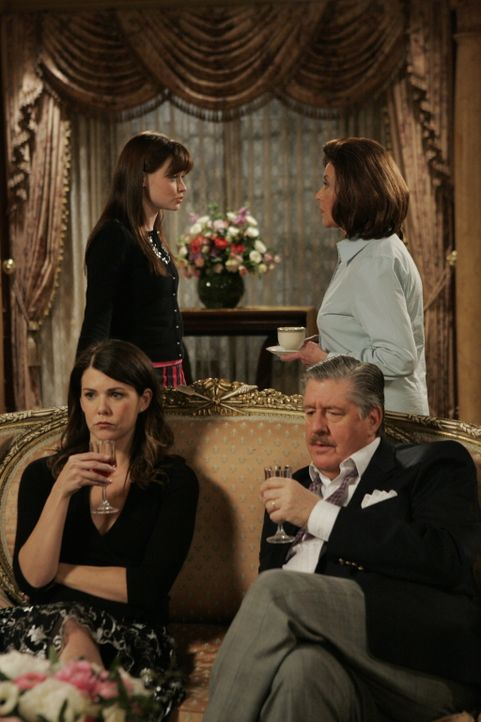 Richard (Edward Herrmann, vorne l.) und Lorelai (Lauren Graham, vorne r.) versuchen sich aus dem Streit zwischen Emily (Kelly Bishop, r.) und Rory (... - Bildquelle: Copyright Warner Brother International Television