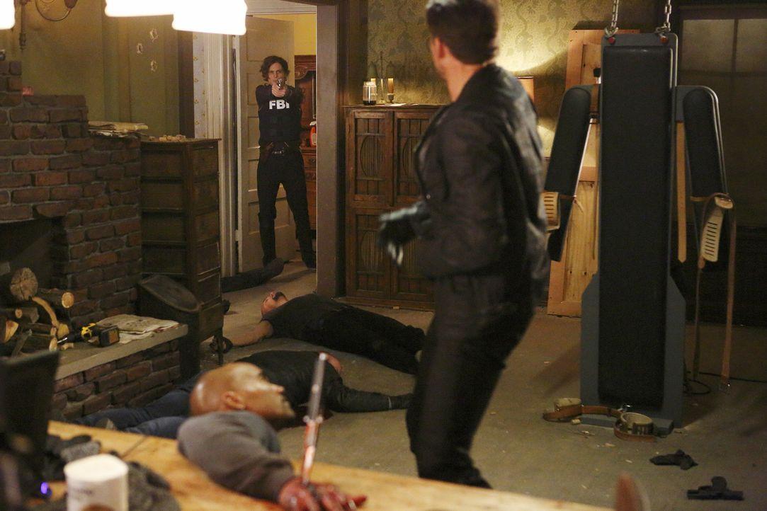 Morgan (Shemar Moore, vorne) wurde entführt und gefoltert. Reid (Matthew Gray Gubler, hinten) und das Team lassen nichts unversucht, um ihn zu rette... - Bildquelle: Trae Patton ABC Studios