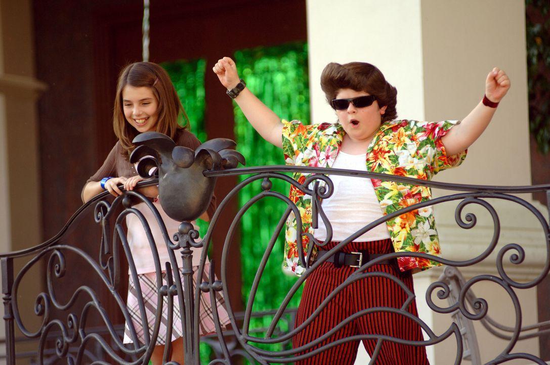 Mischen gewaltig auf: Laura (Emma Lockhart, l.) und Ace Ventura Jr. (Josh Flitter, r.) ...