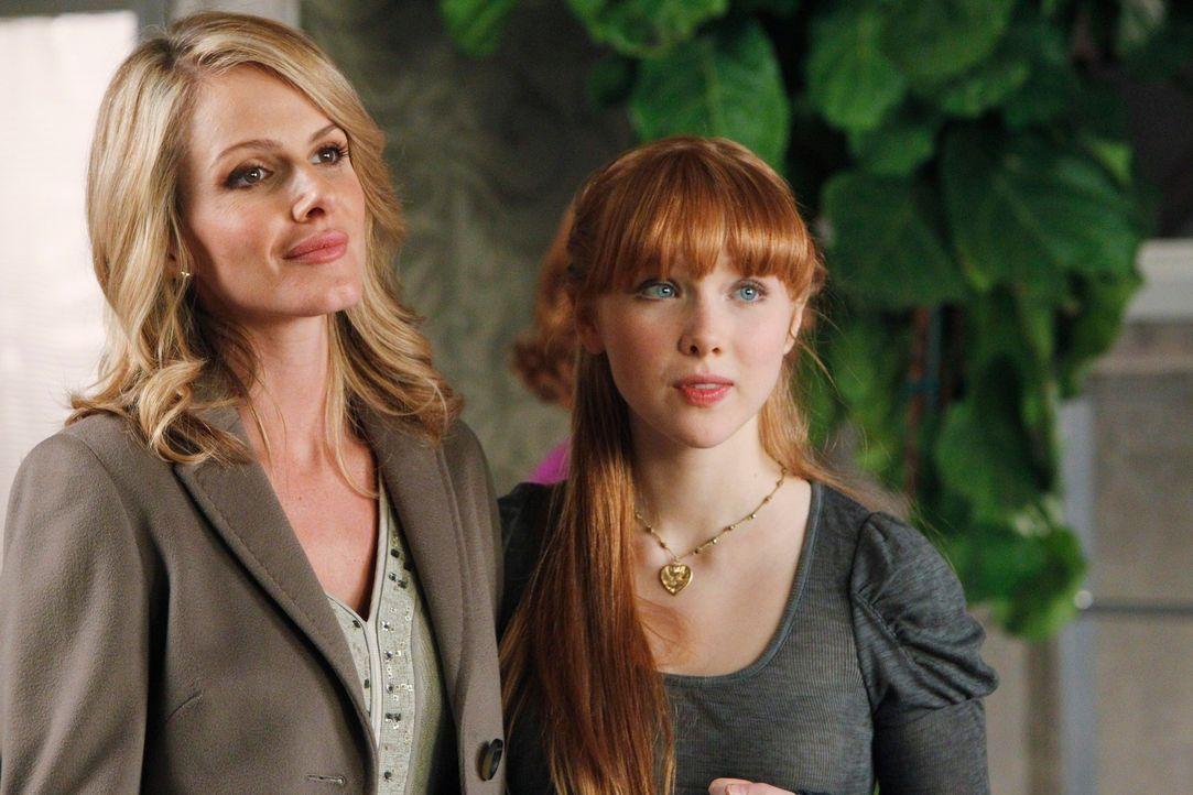 Gina (Monet Mazur, l.) möchte mit ihrer Tochter (Molly C. Quinn, r.) einen Tag verbringen, um alles über ihre neue Beziehung zu erfahren. - Bildquelle: 2010 American Broadcasting Companies, Inc. All rights reserved.