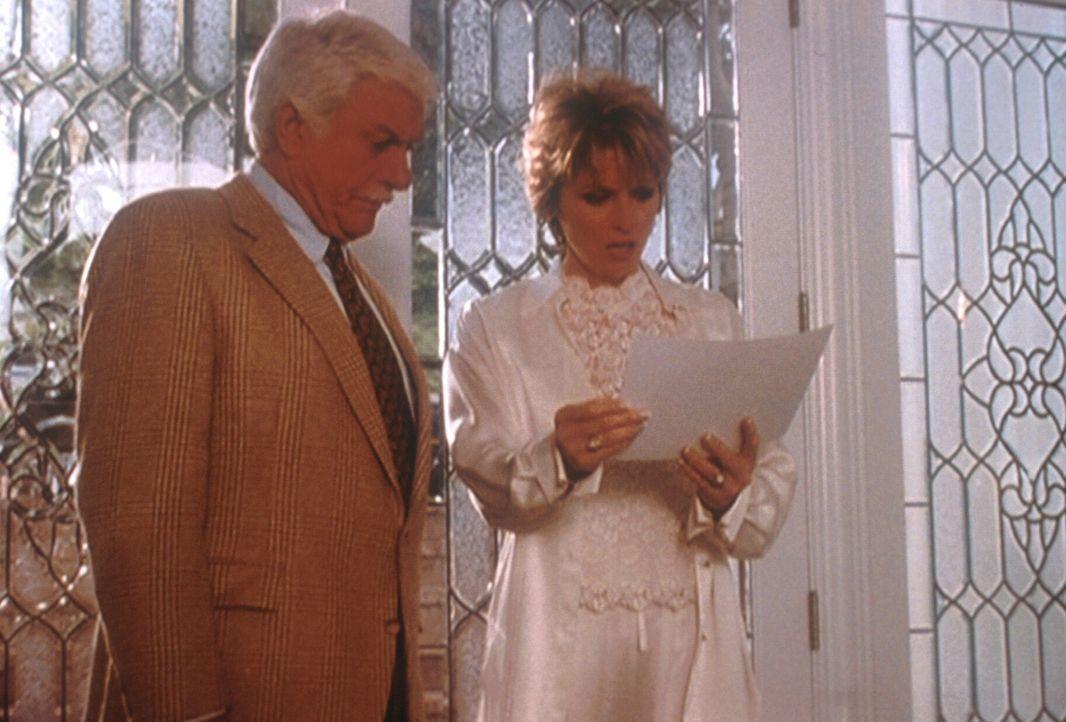 Mark (Dick Van Dyke, l.) konfrontiert Elliotts Witwe Claire (Brynn Thayer, r.) mit Fotos eines Mannes, den Mark für ihren Liebhaber hält. - Bildquelle: Viacom