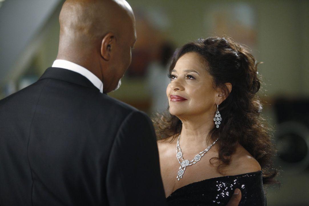 Jacksons Mutter Catherine (Debbie Allen, r.) kehrt zurück ins Seattle Grace und entwickelt großes Interesse an Webber (James Pickens jr., l.). Doc... - Bildquelle: ABC Studios