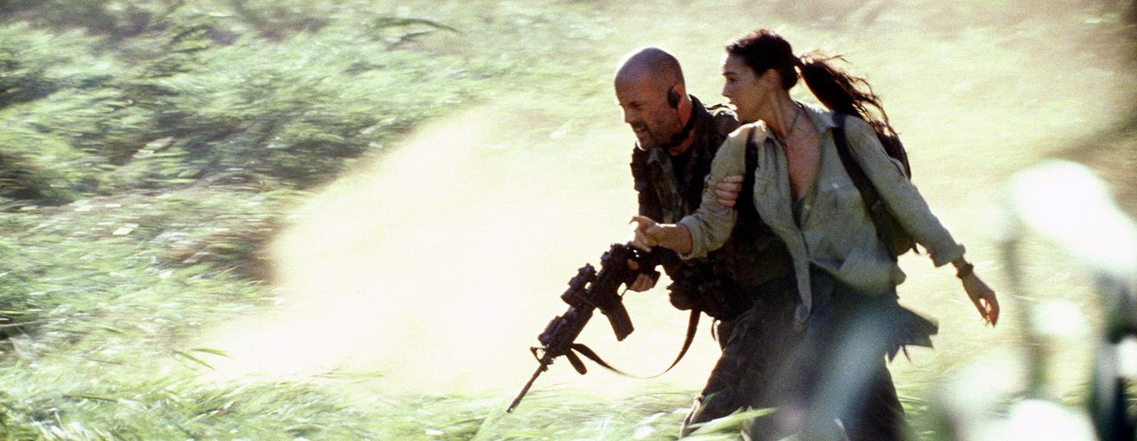 Auf der Flucht vor mordenden, brandschatzenden Rebellen: Lena Kendricks (Monica Bellucci, r.) und A. K. Waters (Bruce Willis, l.) ... - Bildquelle: 2004 Sony Pictures Television International. All Rights Reserved.
