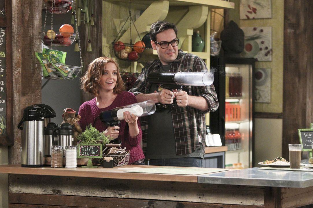 Entschließen sich, ihr Café aufzugeben, um mit einem Food Truck durch die Gegend zu fahren: Debbie (Jayma Mays, l.) und Adam (Nelson Franklin, r.) .... - Bildquelle: 2014 CBS Broadcasting, Inc. All Rights Reserved.