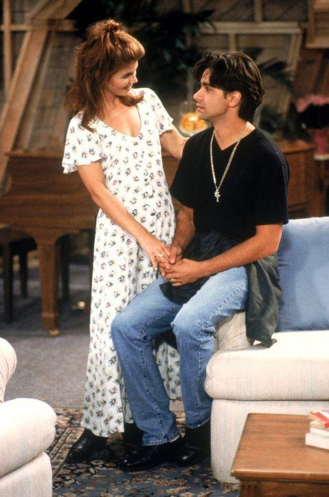 Nachdem Jesse (John Stamos, r.) gestanden hat, dass er keinen High-School-Abschluss hat, redet Becky (Lori Loughlin, l.) so lange auf ihn ein, bis e... - Bildquelle: Warner Brothers Inc.