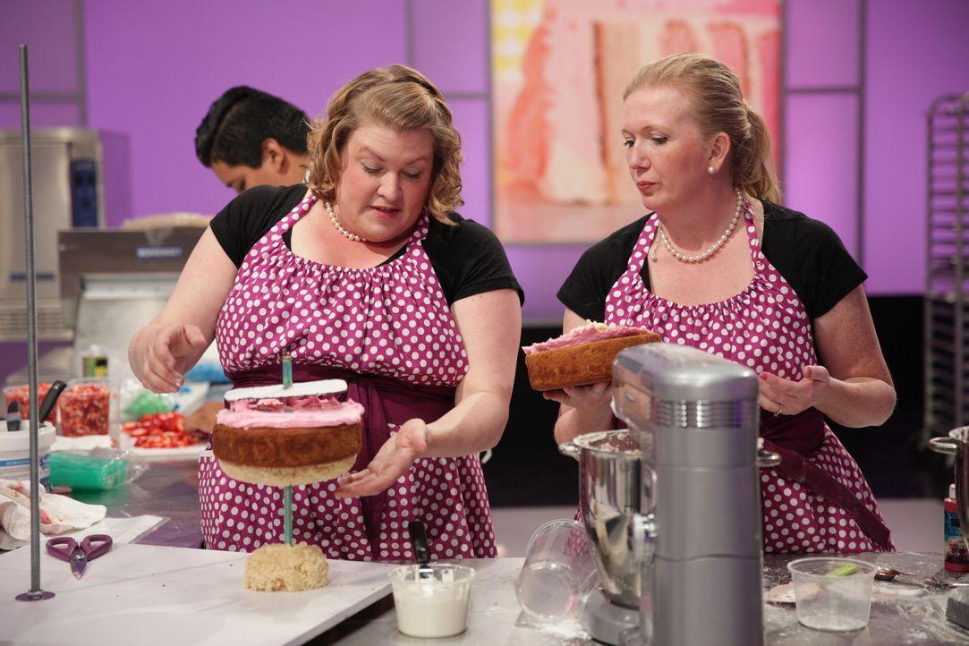 """Einen Kuchen, der zum Motte """"Hello Kitty"""" passt? Gar nicht so einfach! Das müssen auch Erin Eason (l.) und ihre Assistentin Heather Berkeley (r.) fe... - Bildquelle: 2015, Television Food Network, G.P. All Rights Reserved"""