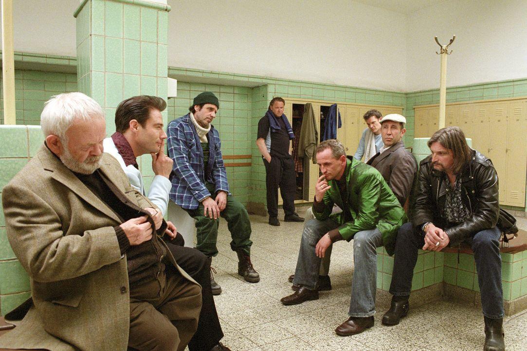 Um seinen neuen Coup durchzuführen braucht Ossi (Tim Wilde, 4.v.r.) Hilfe. Mit Opa Friedrich (Michael Habeck, l.), Tommy (Sasha, 2.v.l.), Karl  (Ste... - Bildquelle: Universum Film (UFA)