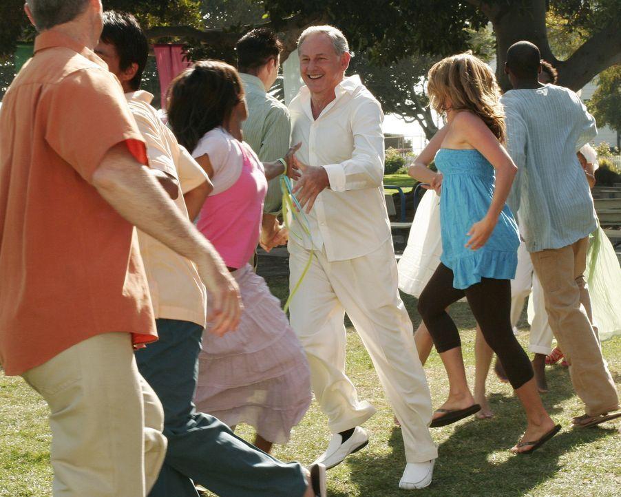 Mitten in einem Musical: In einer von Elis Visionen beginnt plötzlich Nathan (Victor Garber, M.) zu singen und tanzen ... - Bildquelle: Disney - ABC International Television