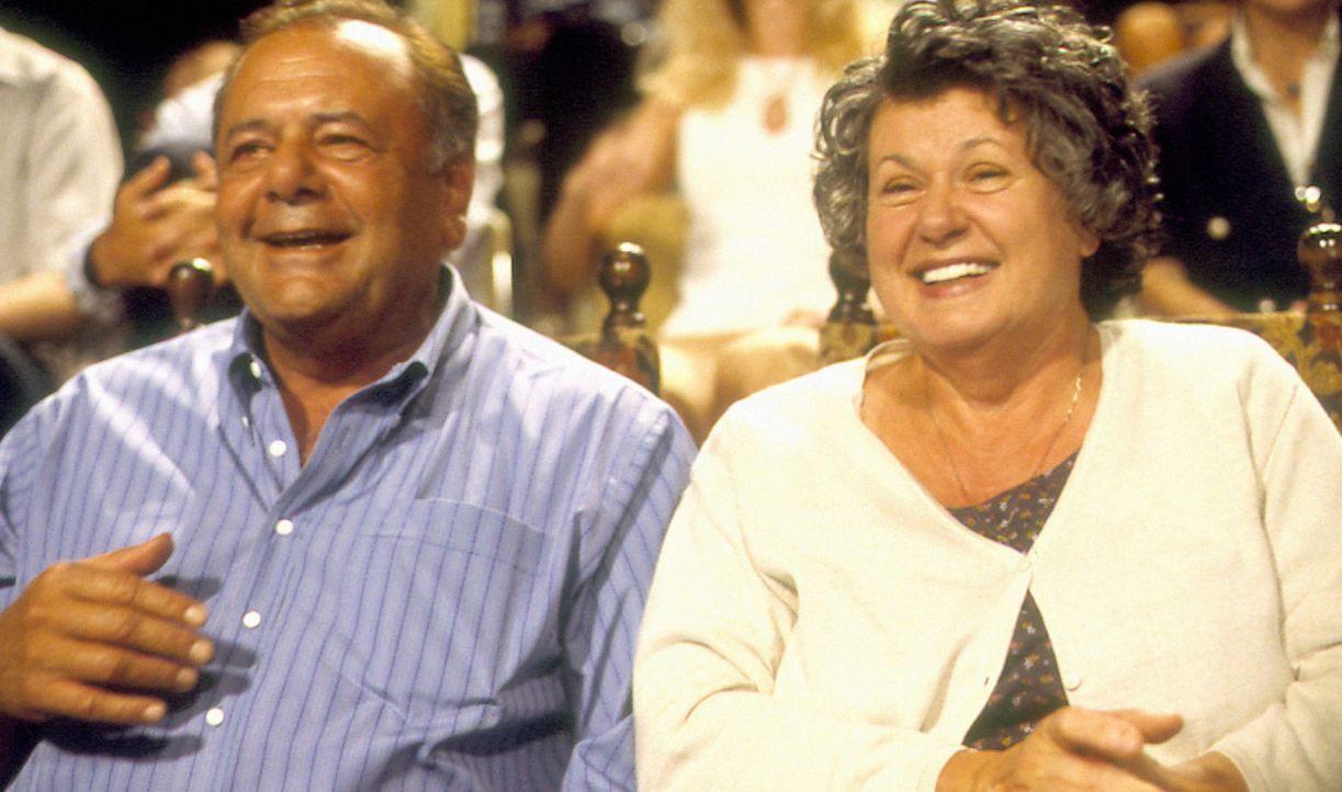 Ahnen noch nicht, dass ihr Sohn schwul ist: Mama Maria (Ginette Reno, r.) und Papa Gino (Paul Sorvino, l.) ... - Bildquelle: Samuel Goldwyn Films