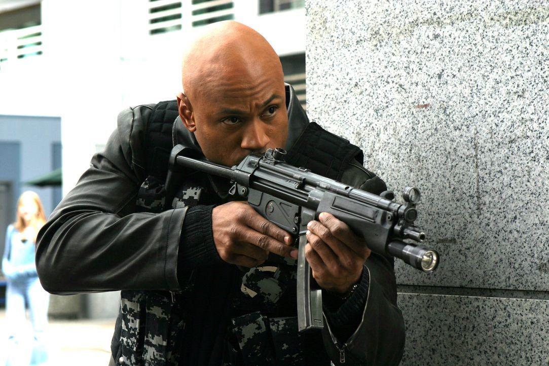 Zum Glück kann Josh Sergeant auf Lazerovs rechte Hand bauen, denn Sergeant Deed (LL Cool J) hat die Nase voll vom Verbrechen und schließt sich dem t... - Bildquelle: 2005 FILM & ENTERTAINMENT VIP MEDIENFONDS 3 GmbH & Co. KG GmbH
