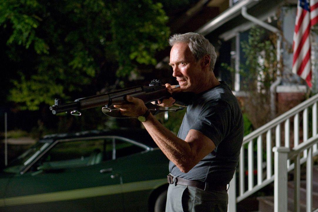 """Nach dem Tod seiner Frau liebt Korea-Veteran Walt Kowalski (Clint Eastwood) nur noch sein Sportcoupé """"Gran Torino"""". Menschen sind ihm suspekt, hass... - Bildquelle: Warner Bros"""