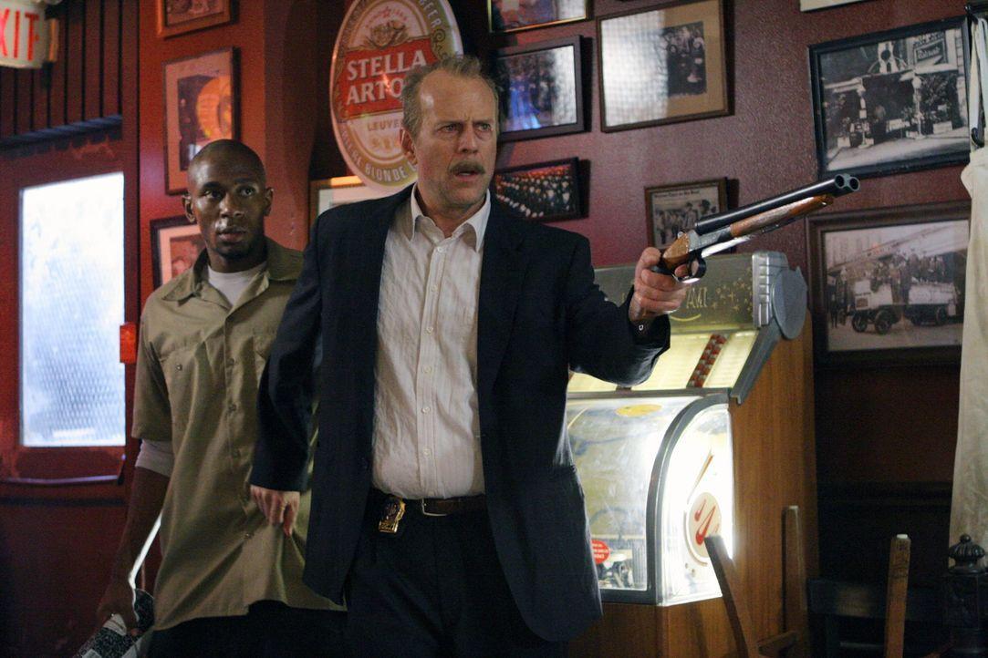 Der übermüdete Polizist Jack Mosley (Bruce Willis, r.) soll den Kriminellen Eddi Bunker (Mos Def, l.) vom Gefängnis zum Gerichtsgebäude bringen, läc... - Bildquelle: Nu Image