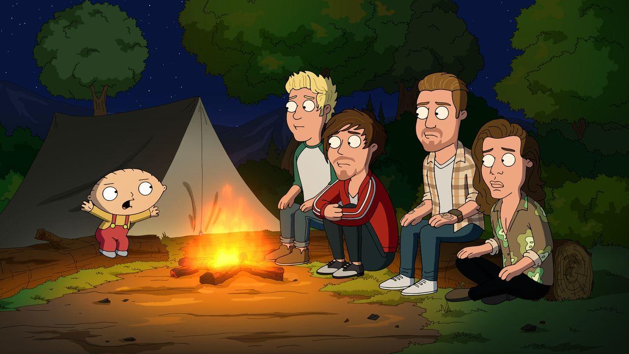 Was macht Stewie (l.) nur mit den Jungs von One Direction (r.)? - Bildquelle: 2015-2016 Fox and its related entities. All rights reserved.