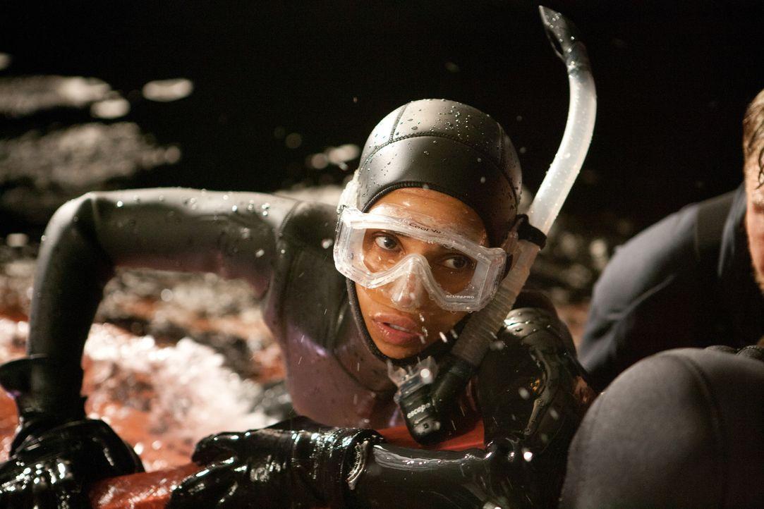Im gefährlichen Riff Shark Alley kämpft Kate Mathieson (Halle Berry) ums Überleben ... - Bildquelle: Magnet Media Group USA; MMP Dark Tide UK; Film Afrika Worldwide (Pty) Limited South Africa