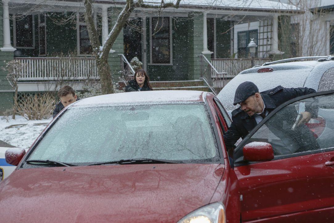 Jamie (Will Estes, l.), Baez (Marisa Ramirez, M.) und Danny (Donnie Wahlberg, r.) geraten in eine brenzlige Situation, als sie eine Tatverdächtige o... - Bildquelle: Giovanni Rufino 2017 CBS Broadcasting, Inc. All Rights Reserved