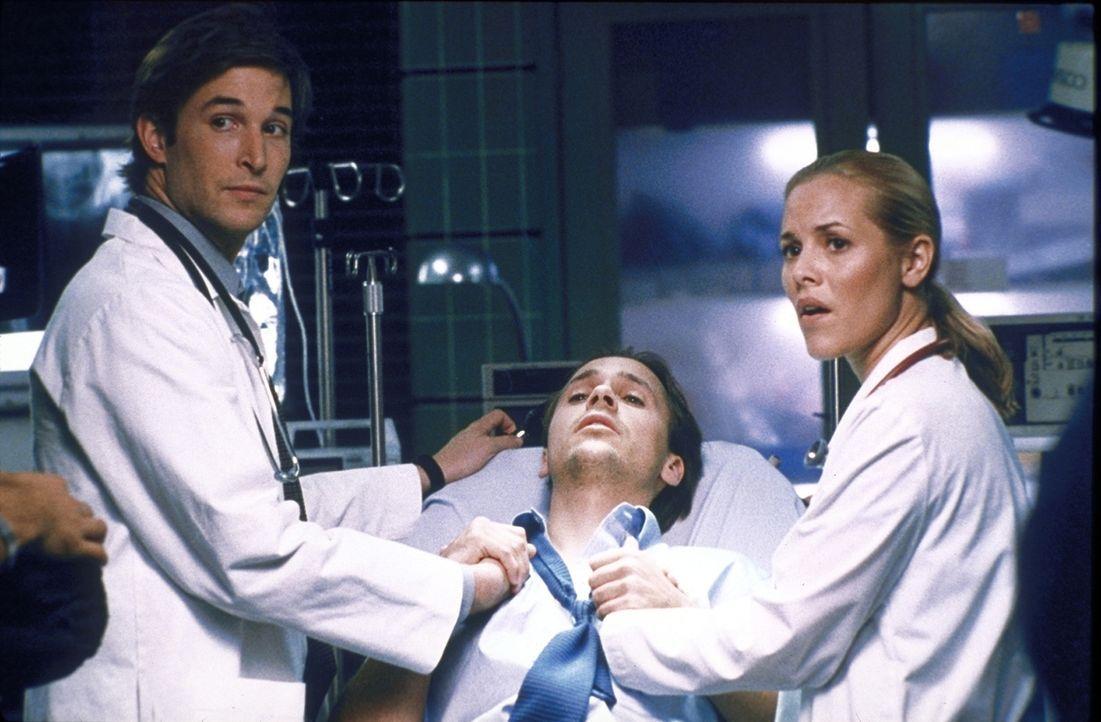 Der vermeintliche Hypochonder Henry (Chad Lowe, M.) hat eine schwere Latexallergie. Dr. Carter (Noah Wyle, l.) und Dr. Del Amico (Maria Bello, r.) e... - Bildquelle: TM+  2000 WARNER BROS.