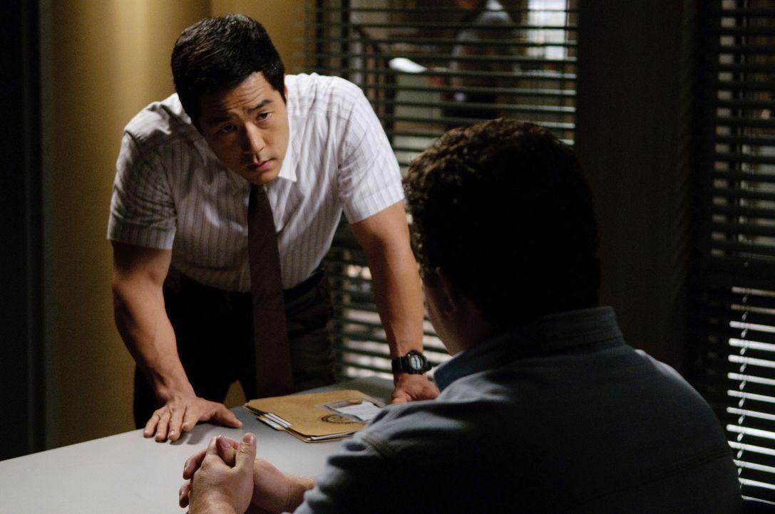 Ermittelt im Mordfall Alan Foster: Kimball (Tim Kang, l.) ... - Bildquelle: Warner Bros. Television