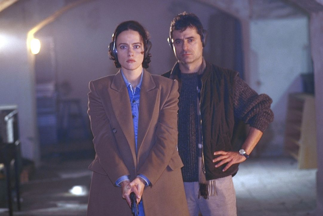 Der Stallbesitzer Rick (Martin Umbach, r.) zeigt der verunsicherten Anna (Claudia Michelsen, l.), wie man mit einer Waffe umgeht .... - Bildquelle: Frank Lemm ProSieben