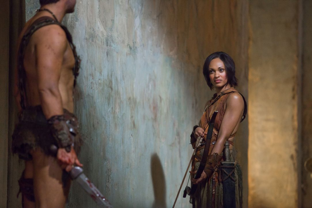 Mit Pfeil und Bogen gegen perfekt ausgerüstete Römer: Naevia (Cynthia-Addai Robinson), die dennoch den Kampf aufnimmt ... - Bildquelle: 2011 Starz Entertainment, LLC. All rights reserved.