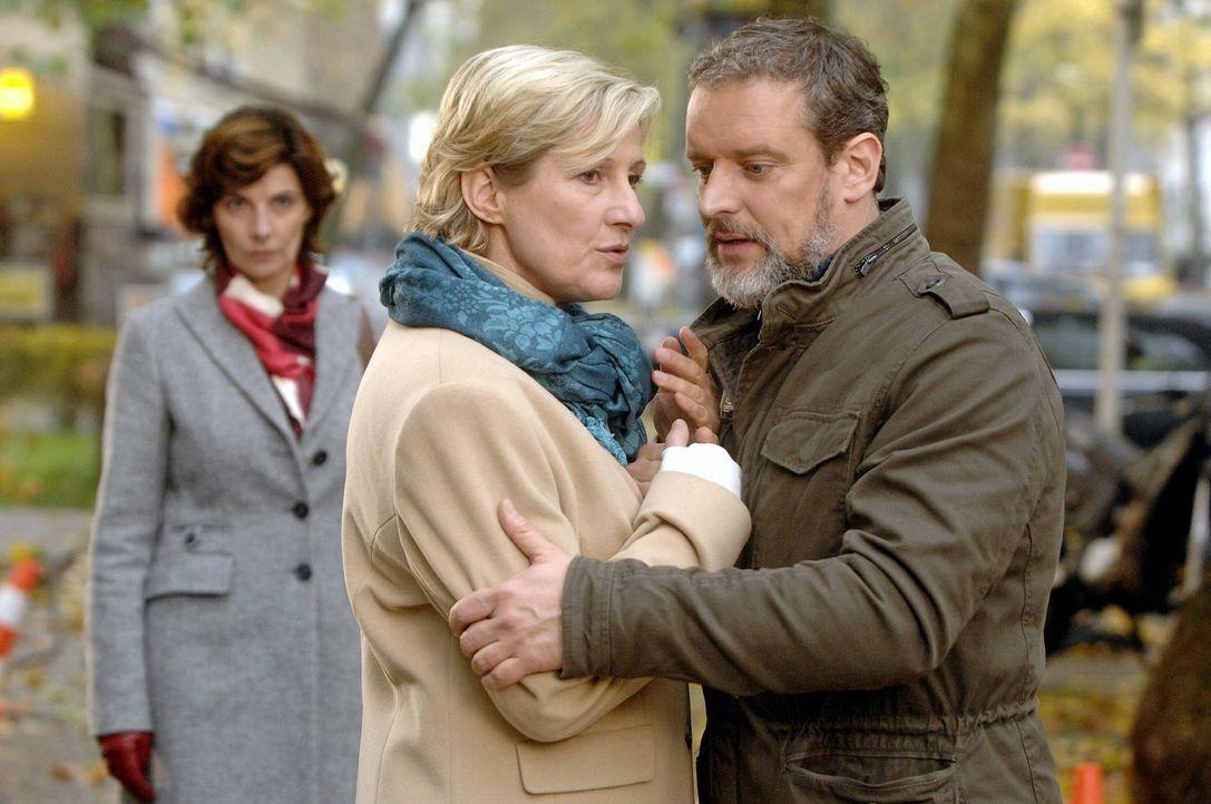 Steffi (Karin Kienzer, l.) beobachtet bestürzt, dass Susanne (Heike Jonca, M.) und Ulrich (Wolfgang Wagner, r.) sich immer noch treffen ... - Bildquelle: Oliver Ziebe Sat.1