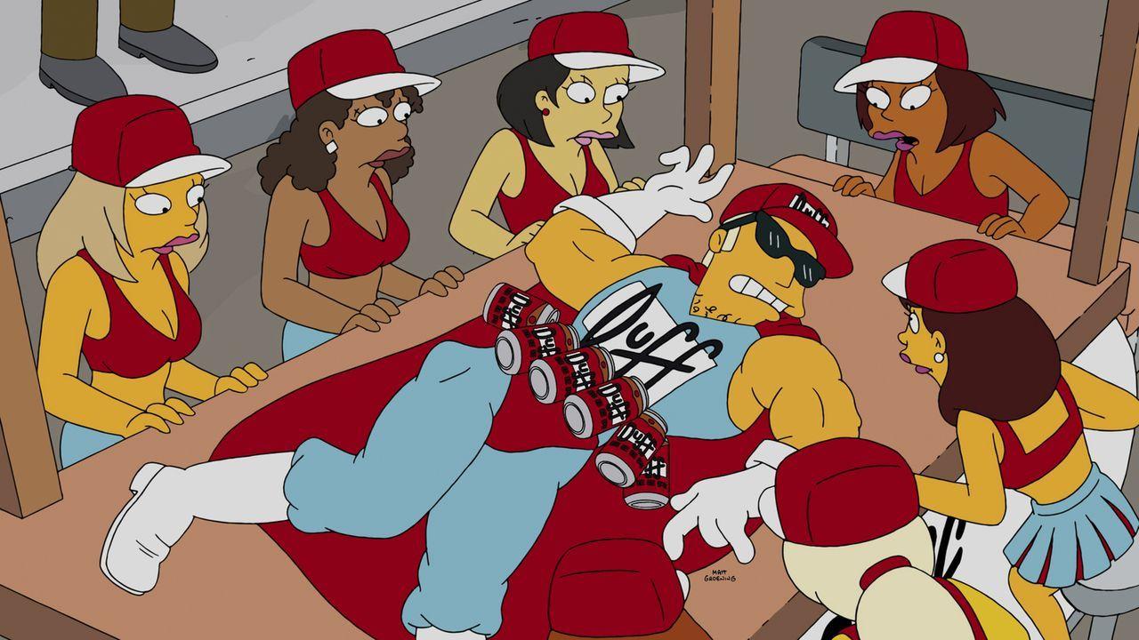 Springfield ohne ihren Bier-Superhelden? Duffman (M.) scheint, erstmal außer Gefecht gesetzt zu sein ... - Bildquelle: 2014 Twentieth Century Fox Film Corporation. All rights reserved.