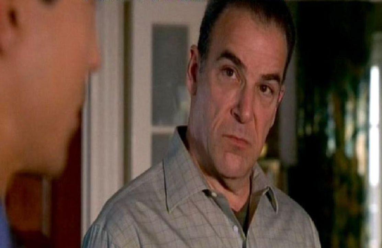 Special Agent Jason Gideon (Mandy Patinkin) inspiziert mit seinem Team den Tatort, andem mehrere Personen einer erfolgreichen Schauspielerin ermorde... - Bildquelle: Touchstone Television
