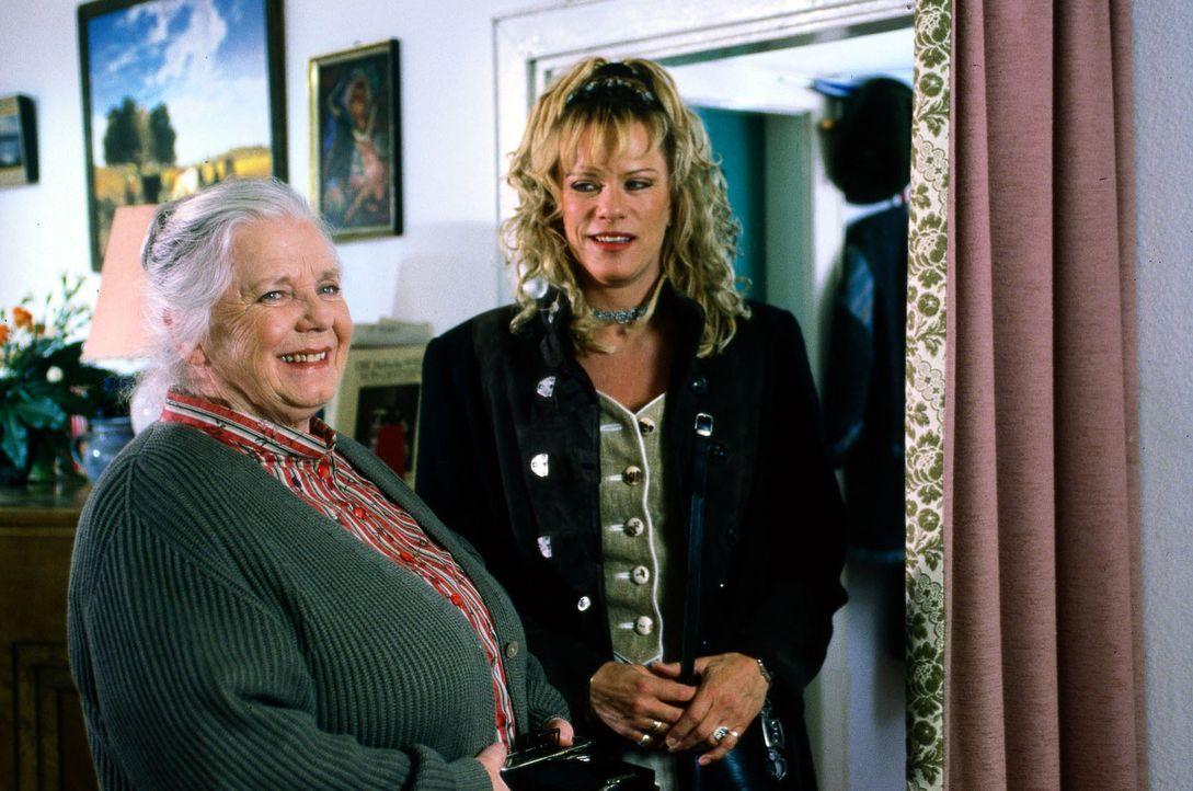 Mutter Resi (Ruth Drexel, l.) ist mit Martina Scherer (Lisa Fitz, r.) als möglicher Schwiegertochter total glücklich. Aber am glücklichsten ist sie... - Bildquelle: Magdalena Mate Sat.1