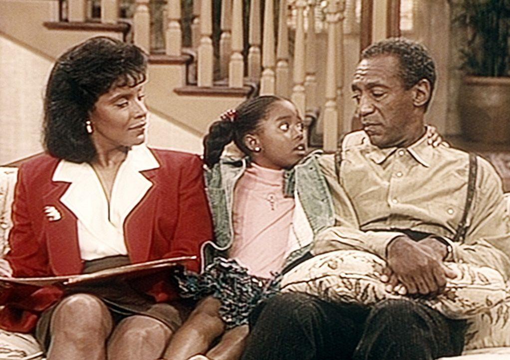 Geschickt versucht Rudy (Keshia Knight Pulliam, M.), Cliff (Bill Cosby, r.) und Clair (Phylicia Rashad, l.) zu überreden, dass ihre Freundin Caroly... - Bildquelle: Viacom