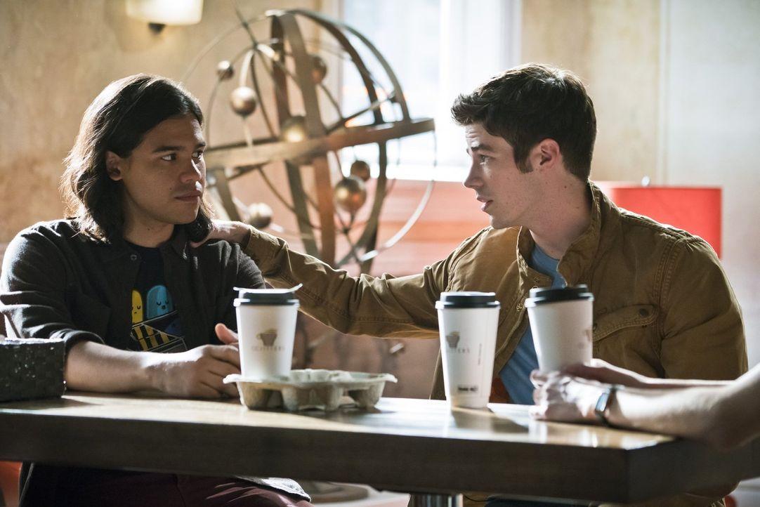 Während Barry (Grant Gustin, r.) bei seinem ersten Date mit Patty ausgerechnet auf Cisco (Carlos Valdes, l.) angewiesen ist, verbringt Caitlin den A... - Bildquelle: 2015 Warner Brothers.