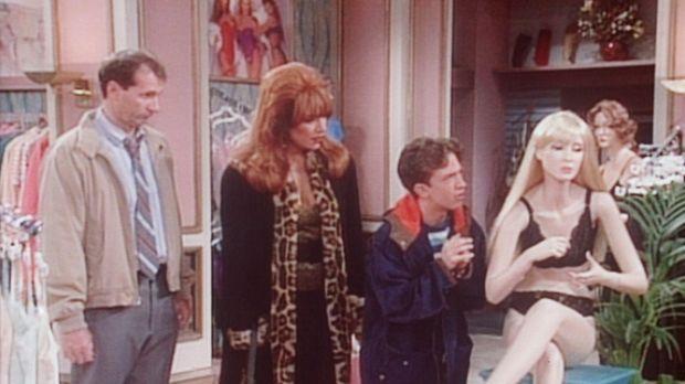 Al (Ed O'Neill, l.) und Peggy (Katey Sagal, 2.v.l.) ertappen Bud (David Faust...