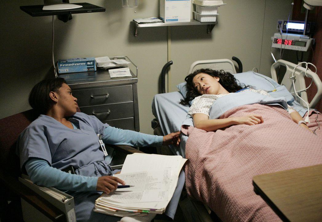 Bailey (Chandra Wilson, l.) erweist sich nach Cristinas (Sandra Oh, r.) Zusammenbruch überaus menschlich ... - Bildquelle: Touchstone Television