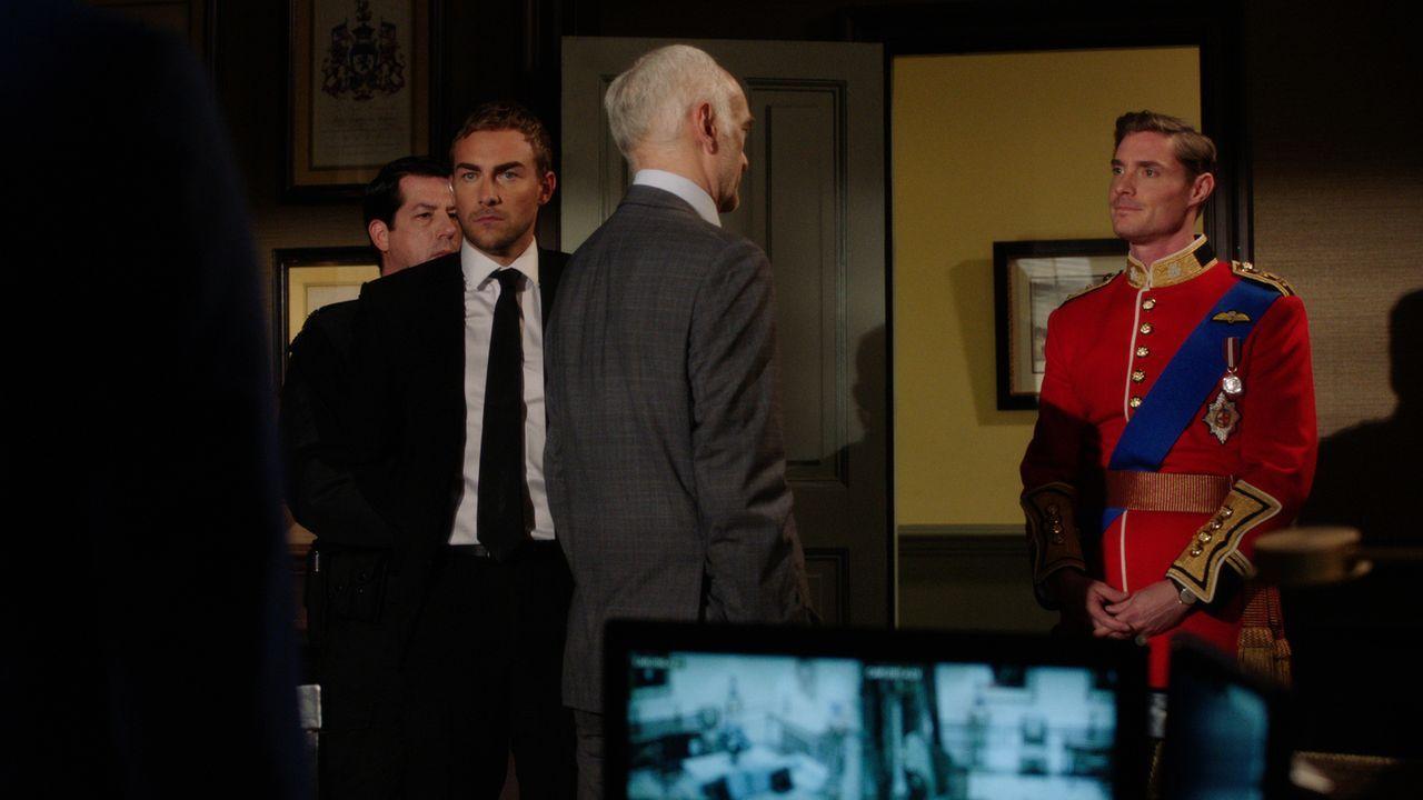 Dave Crabtree (Barry McCormick, 2.v.r.) lässt Jasper (Tom Austen, 2.v.l.) festnehmen. Doch dann kommt Robert (Max Brown, r.) ihm zu Hilfe. Warum nur? - Bildquelle: 2016 E! Entertainment Television, LLC