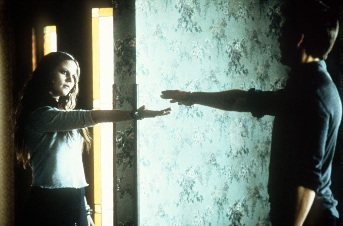 Rendezvous mit dem Jenseits: Tom (Kevin Bacon, r.) versucht, den Sinn der übernatürlichen Botschaften Samanthas (Jenny Morrison, l.) zu enthüllen... - Bildquelle: 20th Century Fox