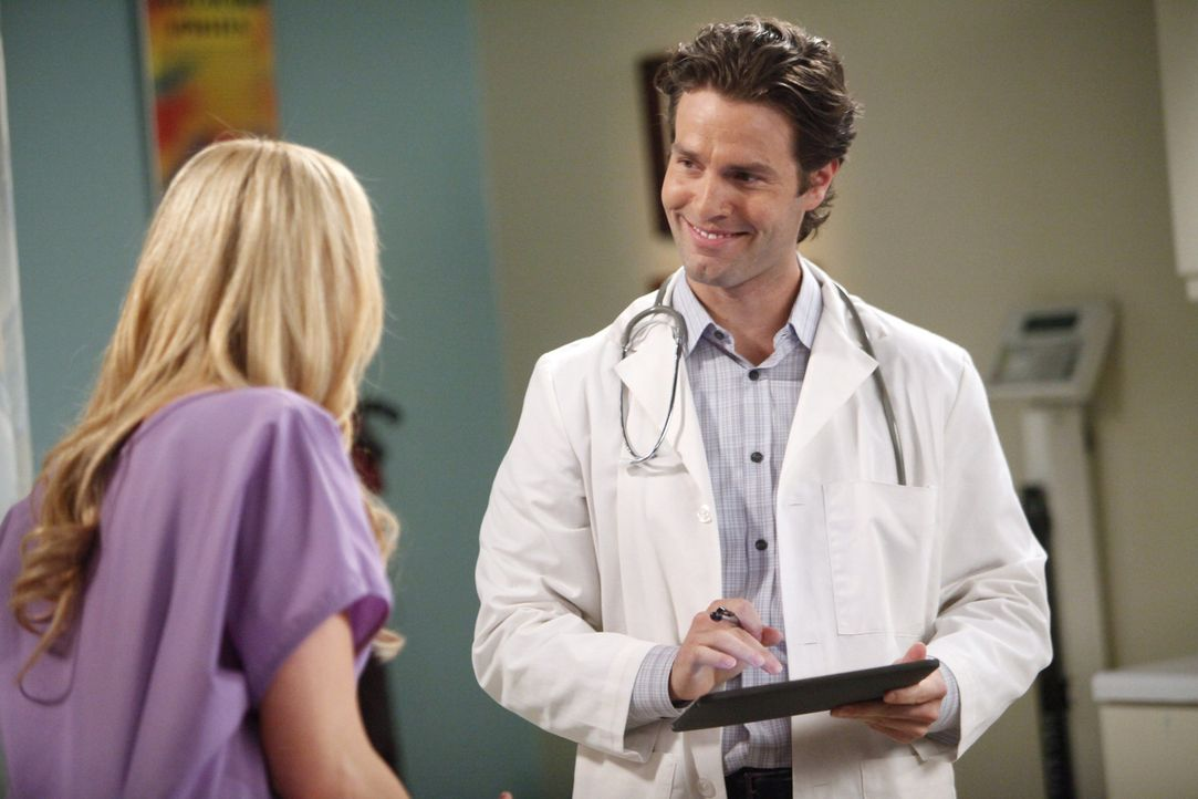 Chelsea (Laura Prepon, l.) nimmt einen Einladung von ihrem Gynäkologen Dr. Ben Thomas (Tom Parker, r.) zum Hochseefischen an ... - Bildquelle: Warner Brothers