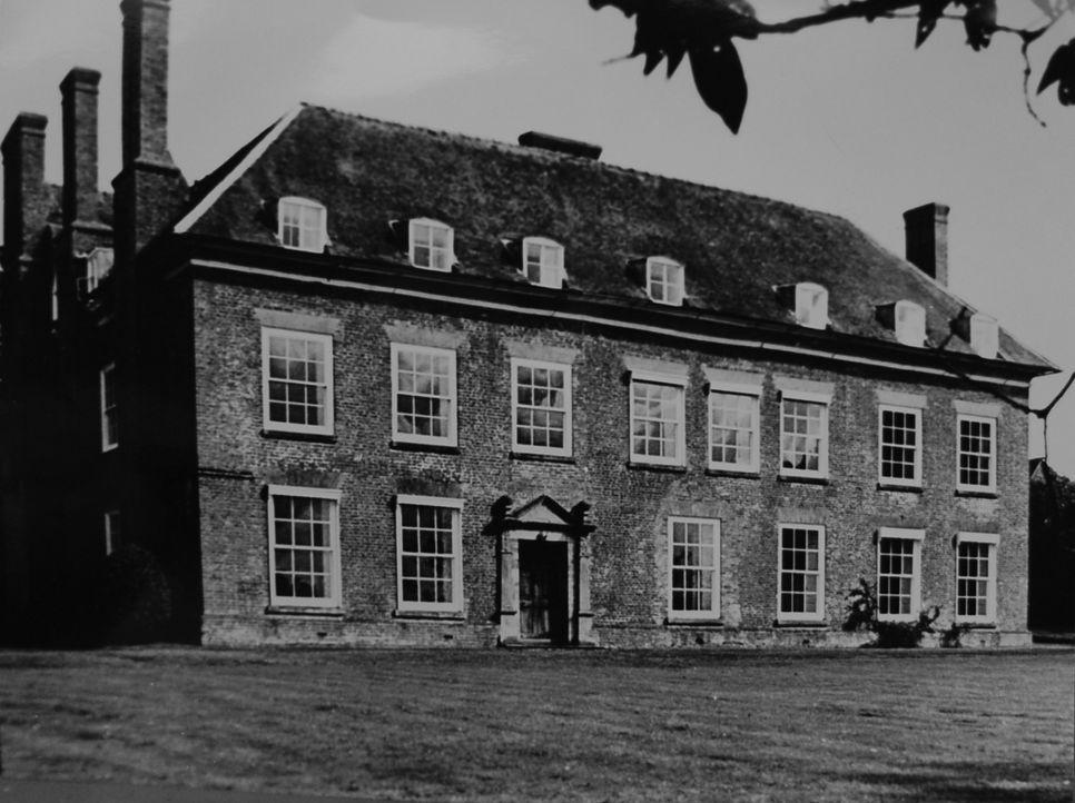 Im September 1987 wird der zurückgezogen lebende, fast blinde Simon Dale erschlagen in seinem Landhaus Heath House in Shropshire, England, gefunden....